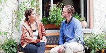 Ein Paar im Gespräch auf einer Bank sitzend