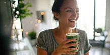 Junge Frau trinkt einen Smoothie