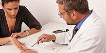 Schwangere Frau zur Beratung bei einem Arzt