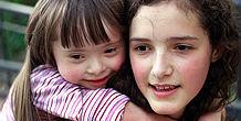 Ein Mädchen mit Down-Syndom und ihre Schwester