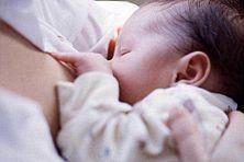 Baby beim Stillen