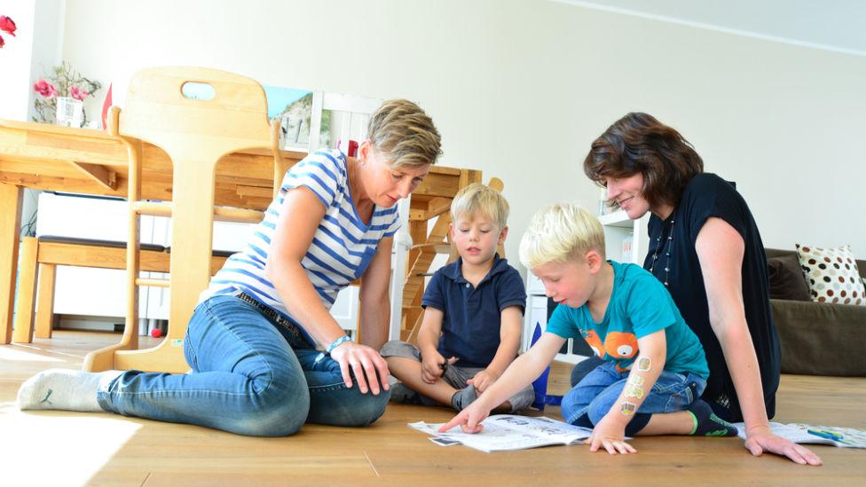Paar spielt mit seinen Kindern © LSVD/Hildebrandt
