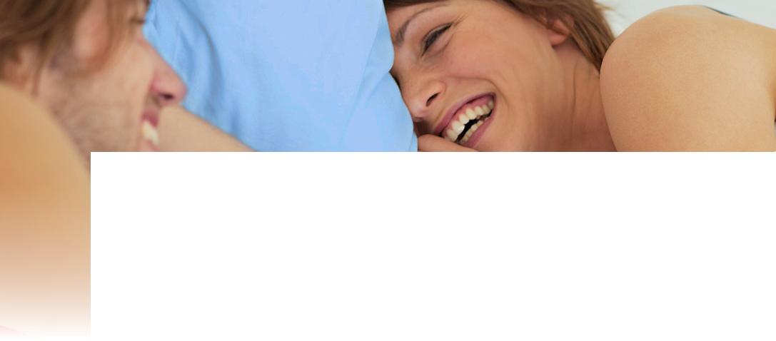 lachendes Pärchen im Bett